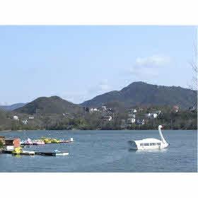 湖畔から写した東条湖と別荘地。