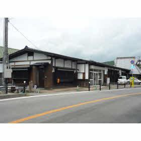 東条湖畔のレトロな建物内に事務所があります。