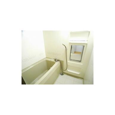 小物が置ける棚付きバスルーム