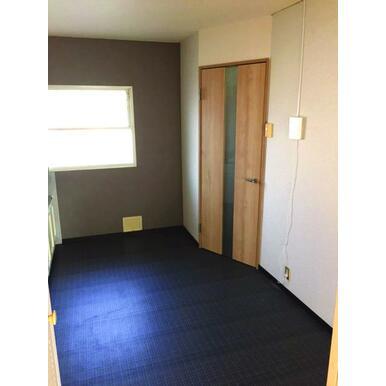 玄関とキッチンを仕切るおしゃれなドア