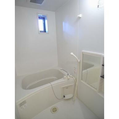 窓のある快適なバスルーム