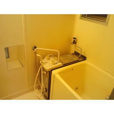 浴室に窓あります☆※写真は他室の場合があります。