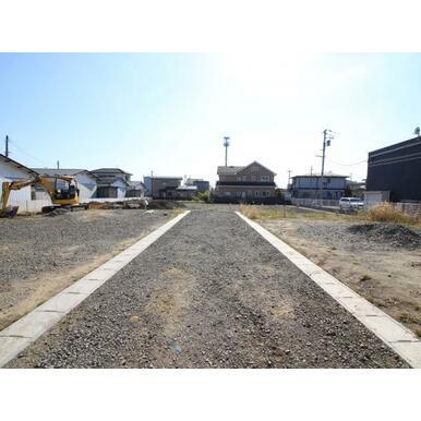 住宅の立ち並ぶ穏やかな街並み。前面道路は私道です。