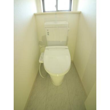 各階にシャワートイレを設置したので、毎朝を快適に迎えられます。