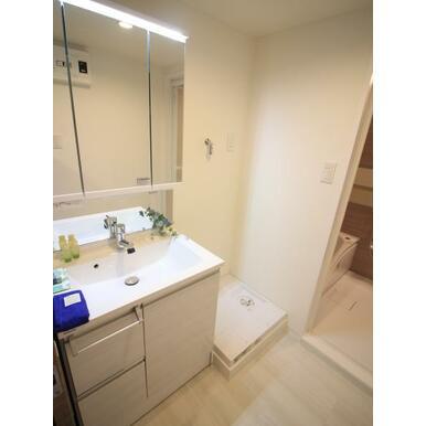 三面鏡の裏に収納たっぷりの洗面台を採用