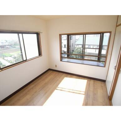 4.5帖洋室には出窓があります
