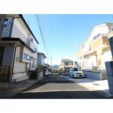 落ち着いた住宅街。前面道路は約4.5m。駐車もしやすいですね。