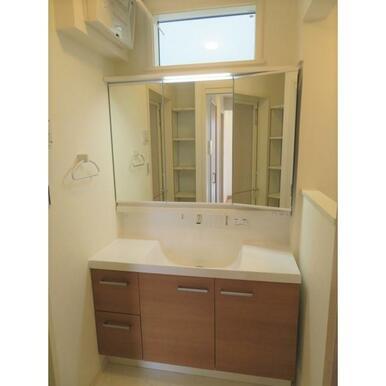 3面鏡の洗面台