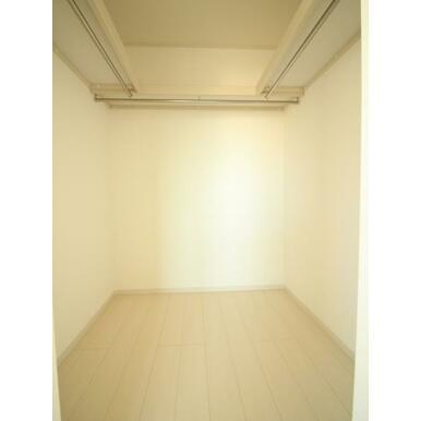 主寝室には大容量のウォークインクローゼット付き。お洋服もたっぷり収納できます。