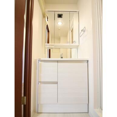 【同社施工事例】三面鏡の裏に収納たっぷりの洗面台を採用