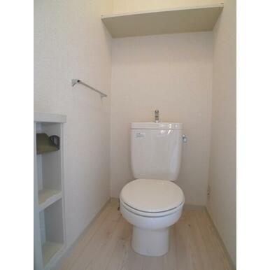 もちろん、トイレはお風呂から独立した設計です♪上部の棚にトイレ用品を保管出来ます♪