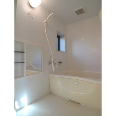 追い焚き機能付きのお風呂でのんびりバスタイム♪小窓から差し込む自然光が嬉しいですね♪