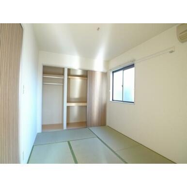 6.1帖の和室です♪衣服やお布団を効率良く保管出来る収納がございます♪