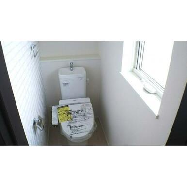 トイレ ウォシュレット付の節水型トイレ。あると便利なタオルリング付です。