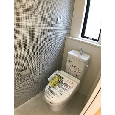 トイレ 一面だけアクセントクロスを効かせて、こんなところもオシャレに。