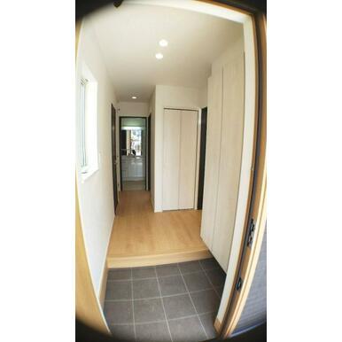 玄関 大容量収納可能なシューズクローク付きです。
