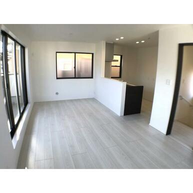 リビング 白と黒のコントラストを効かせたメリハリのある空間です。