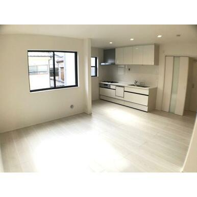 リビング 白を基調とした爽やかな色彩なので家具やカーテンの色を選びやすくなっています。