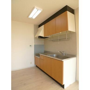 キッチンセットは壁付けタイプ♪LDKの隅に有る為、家具の配置をジャマしません♪