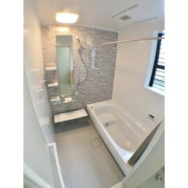 (浴室) 雨天の洗濯も安心の浴室乾燥機付。