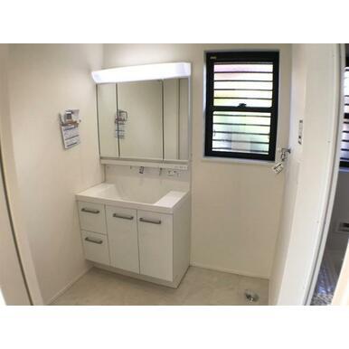 洗面 収納豊富なミラーキャビネット付きの洗面台。トレーを外して丸洗いも可能です。