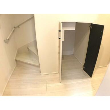 収納 階段下のデットスペースも有効活用しました。
