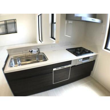 キッチン 耐久性の高い人工大理石カウンター。食洗機・浄水栓付きです。