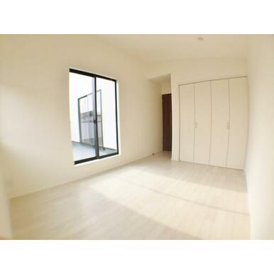 (洋室) 陽光ふりそそぐ明るい室内と木の温もりがやさしいフローリング。
