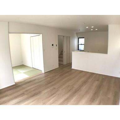 リビング 白と茶色の柔らかな色彩なので家具やカーテンの色を選びやすくなっています。