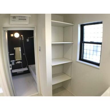 洗面 洗面室には洗剤やタオルなどを置ける収納スペースがあります。