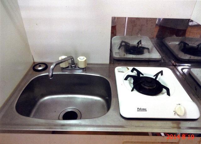 ミニキッチンには冷蔵庫とガスコンロが付いているので、自炊の方も便利です。